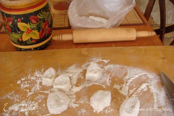 Стакан на 200 мл.Замесить тесто:вода 1 ст.+соль и 1 ст.л. подсолнечного масла,муку добавляем до тех пор что бы не липла к рукам и не оч.крутое,замесить в комочек и положить отдыхать в мешочек на 30 мину. По прошествии времени тесто станет очень податливым и с ним легко готовить и быстро. Нарезать на кусочки,обвалять в муке.