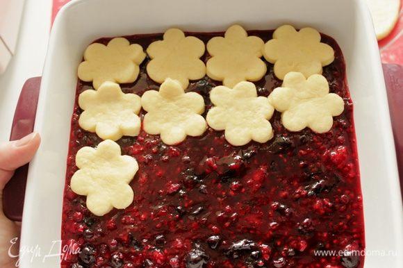 Уложите лепешки на ягодную начинку, сначала в один слой.