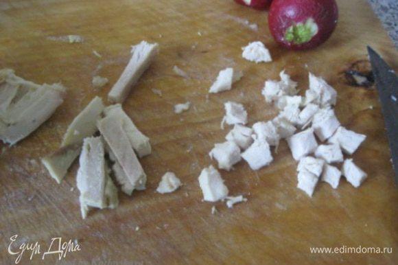 Вареную куриную грудку режем на кубики.