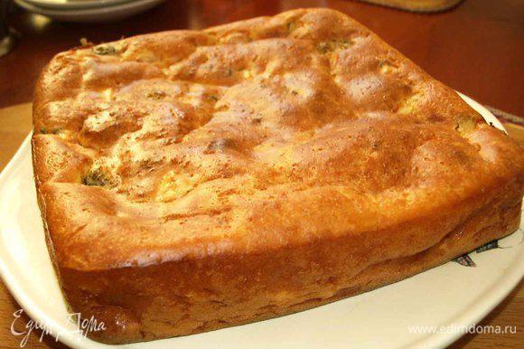 Достаем пирог, перекладываем на блюдо. Пирог вкусный в теплом и холодном виде.