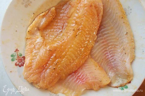 Филе посолить, добавить 1 ложку масла, паприку и лимонного перца.