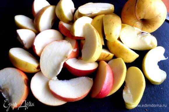 Яблоки помыть и нарезать на дольки.