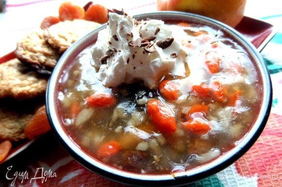 И накрываем каждую порцию супа шапочкой из сливок. Посыпаем шоколадом!