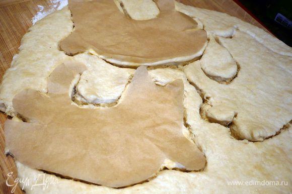 Делаем тесто по рецепту http://www.edimdoma.ru/retsepty/65907-pashalnye-zaytsy-v-temno-sinem-lesu. Из пекарской бумаги вырезаем трафарет котика. Накладываем его на раскатанное тесто и вырезаем по трафарету. У меня получилось 4 котика.