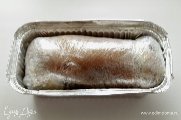 Туго сворачиваем рульку рулетом так, чтобы снаружи оказалась кожица, а внутри мясо с маринадом.Укладываем их в ёмкость и помещаем под гнёт в холодное место на сутки.