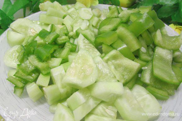 Овощи вымойте и хорошо обсушите. С огурцов снимите кожицу, перец очистите от семян. Все режем произвольно. Горький перчик желательно взять зелёный.
