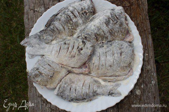 Смешать муку, соль и перец. Обвалять в этой смеси рыбу снаружи и слегка посыпать изнутри. Оставить на 5 минут.