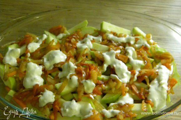 Поджариваем морковь и лук и вылажеваем сверху кабачка,потом заливаем сметаной.