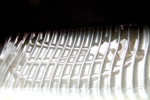 Силиконовую форму-кирпичик (10 см на 23 см) сбрызнем растительным маслом.