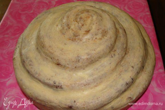 Достаем из холодильника и обмазываем тонким слоем крема из вареного сгущенного молока и масла. Убираем в холод. Я обычно экономлю время ожидания, ставлю торт в морозилку на 5 минут. Достаем, ровняем пальцами, как бы приглаживая, покрываем опять тонким слоем, убираем в холод. Делаем так всего три раза, чтобы получилась гладкая поверхность.