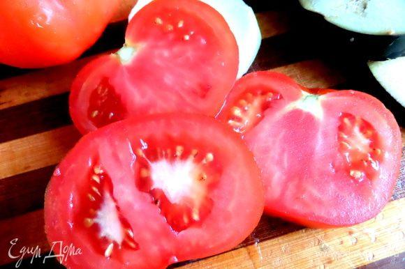Крупный мясистый помидор нарезать на кружки. Их я решила не обжаривать,но если есть гриль,можно по минуте с каждой стороны прогреть.