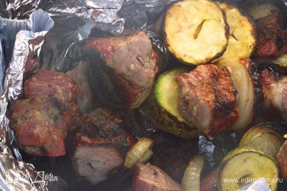 Если костер и мангал устроены правильно, то шашлык уже через 15-20 минут будет готов. Именно столько времени требуется, для аппетитного поджаривания мяса, тогда оно не высохнет и не будет сырым. Если вы не уверены в готовности мяса, немного надрежьте один или несколько кусочков ножом. Сок готового куска должен быть светлым. Если сок розовый, то стоит немного подождать, мясо еще не готово. Приятного пикника!