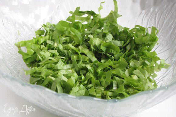 Салат-латук или другой листовой салат очень тонко порезать и выложить в миску.