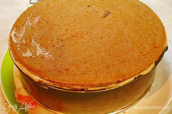 На клубнику второй слой и так повторяем до конца: корж - крем - клубника..... Когда торт собран ставим его минимум на 2 часа в холодильник пропитываться (я ставила на ночь).