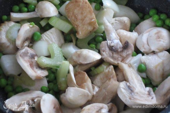 Посолить,поперчить,влить соевый соус,добавить лук,сельдерей,горошек,шампиньоны и готовить 2 минуты.Затем постепенно влить бульон ,накрыть крышкой и готовить на слабом огне 5 минут.