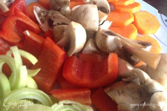 Овощи помойте. Морковь почистите, у болгарского перца удалите плодоножку и семена. Нарежьте.