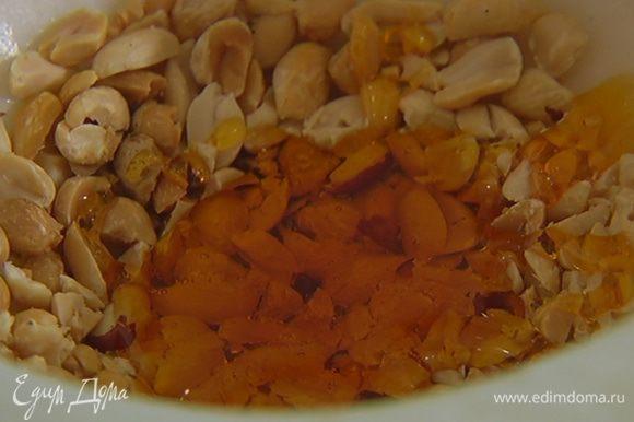 Приготовить соус: в ступку с арахисом влить сахарный сироп, рисовый уксус, соус Nam Pla и арахисовое масло, все перемешать.