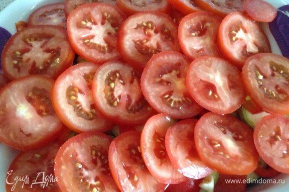 В форму мелко нарезать чеснок, все посолить, добавить вашу любимую приправу для овощей, у меня смесь трав. Нарезать кружочками томаты, выложить сверху и еще раз посолить, посыпать молотым перцем, полить оливковым маслом.