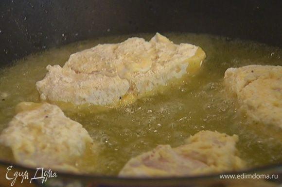 В глубокой сковороде разогреть оливковое масло и обжарить в нем кусочки рыбы со всех сторон до золотистой корочки — как во фритюре. Обжаренную рыбу выложить на бумажное полотенце, чтобы убрать излишки жира.