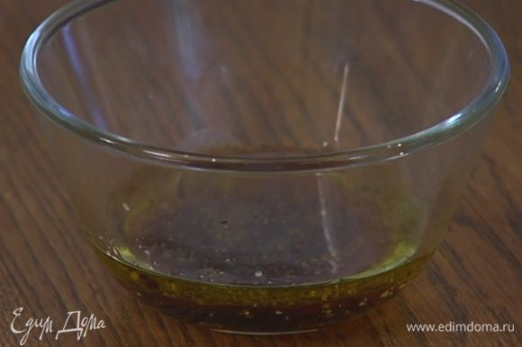 Приготовить заправку: соединить оливковое масло, малиновый уксус и наршараб, посолить, поперчить и все перемешать.