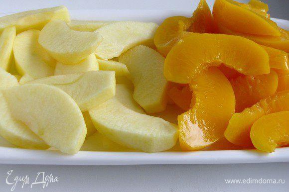 Яблоки очистить и нарезать дольками, удалив сердцевину. Персики обсушить бумажными салфетками и тоже нарезать дольками.
