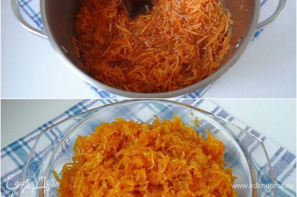 Все ингредиенты смешать в одной кастрюле. Кастрюлю поставить на огонь, довести смесь до кипения, огонь убавить на медленный. Варить до готовности в течение 30 минут. За это время сироп уварится, а морковь станет прозрачной. Готовый джем переложить в стеклянную посуду и убрать в холод остывать.