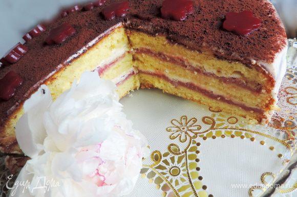 Даем торту настоятся несколько часов в холодильнике, лучше оставить торт на ночь. А утром можем насладиться вкуснейшим тортом.