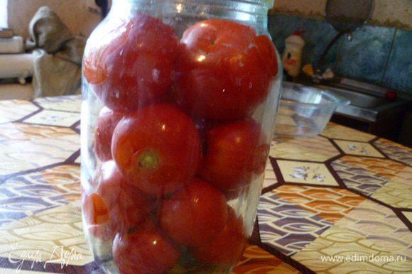 Уложить подготовленные помидоры в стерилизованную банку.