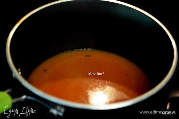 Добавить помидоры с соком, бульон, сливки, сахар, соль и перец по вкусу. Тушить 20 мин. на медленном огне.
