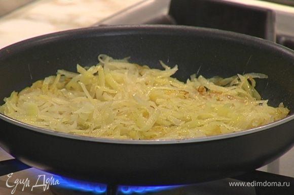 Натертый картофель выложить к луку с чесноком, перемешать и распределить по сковороде ровным слоем.