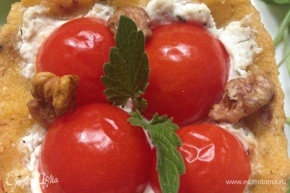 Достаем из духовки, немного остужаем и вынимаем из форм. Кладем в каждую грецкие орешки, украшаем зеленью по вкусу. Лучше листочками базилика, но у меня свежего не было, поэтому я украсила мятой. И обязательно сбрызгиваем перед подачей оливковым маслом сверху.