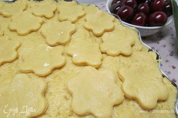 Сверху накройте оставшейся частью теста. Если тесто останется, из него можно сделать украшения формочками для печенья, а можно скатать маленькие шарики.