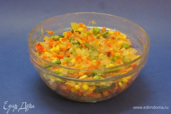 Морковь нарезать мелкими кубиками, обжарить, Лук репчатый мелко нарезать, обжарить. Зеленую фасоль отварить. Кукурузу, зеленый горошек, фасоль красную вынуть из банок, отцедить. Все овощи перемешать, посолить, поперчить.