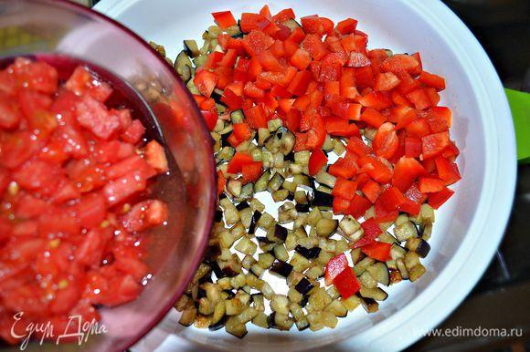 В сковороду поместить баклажаны, болгарский перец и обжаривать 5 минут. После чего добавить помидор, потушить ещё пару минут, если нужно, довести баклажаны до готовности. Добавить по вкусу соль и листики свежего тимьяна.