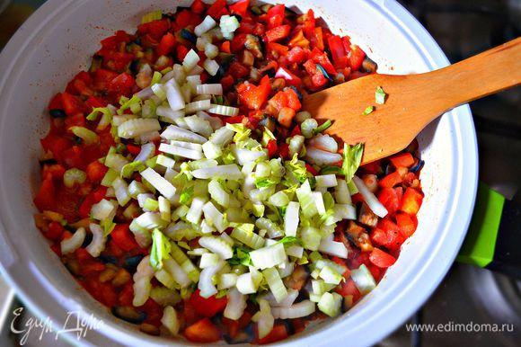 Стебли сельдерея нарезать небольшими кусочками и добавить в сковороду к овощам, посолить, приправить чёрным молотым перцем. Тушить 5 мин.