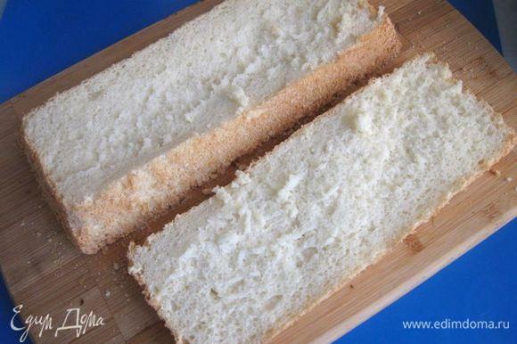 Аккуратно разрезать бисквит острым длинным ножом вдоль на три части. Первый разрез.