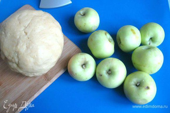 Для этого пирога нужны ранние сорта яблок небольшого размера. Просеять муку и разрыхлитель, приготовить тесто, добавив к муке остальные продукты: яйца, сахарный песок, соль, ванильный сахар, сливочное масло, молоко ( 5 ст.л.). Скатать тесто в шар, предварительно отделив небольшую часть теста для бортиков.