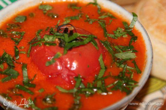 Суп готов! Теперь пижонимся: наливаем суп, по центру располагаем отложенную помидорку и посыпаем рубленной зеленью. Кто вне поста, может добавить соус песто - будет еще вкуснее. По рецепту - именно с соусом песто. Угощайтесь на здоровье! Смачного!