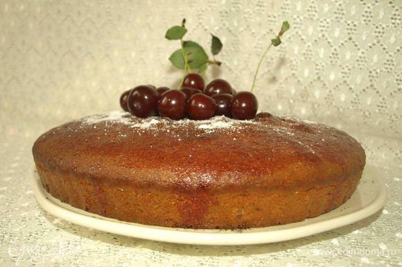 Достать из формы, переложить на блюдо. Украсить сахарной пудрой, свежей вишней.