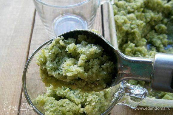 Перед подачей ещё раз перемешать, и выложить в стаканы или креманки.