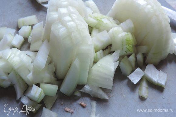 Пока индейка обжаривается, мелко нарезаем лук. Сразу же отправляем на сковородку.