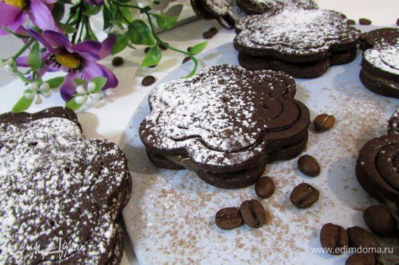 Намазать половинки и соединить печенье между собой. Можно просто смазать варёнкой или растопленным шоколадом.