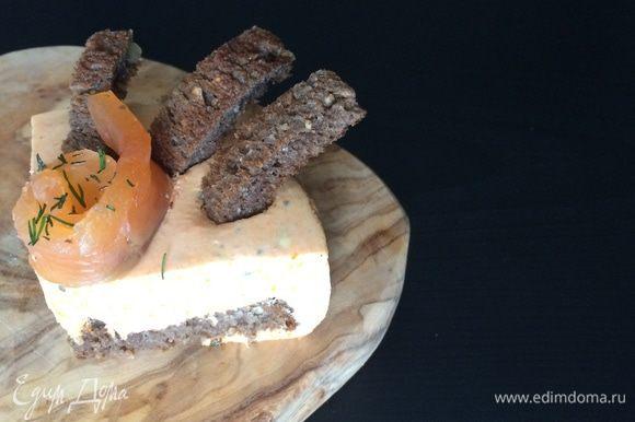 Уложить в формы хлеб, на него выложить сырно-морковную массу. Охлаждать 2-3 часа. Подавать украсив копченым лососем.
