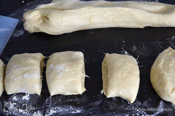 Обмять и разделить тесто на 24 кусочка.