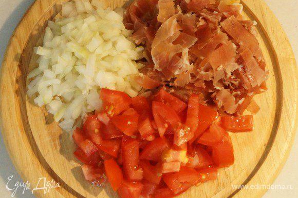 """Готовим """"Базовый"""" соус: Бекон (у меня хамон), лук, помидоры-нарезаем мелким кубиком."""