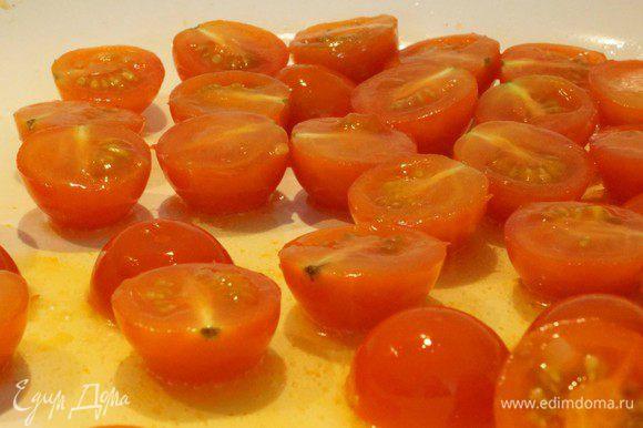 Черри режем пополам, разогреваем оливковое масло и обжариваем помидорки 1 минуту.