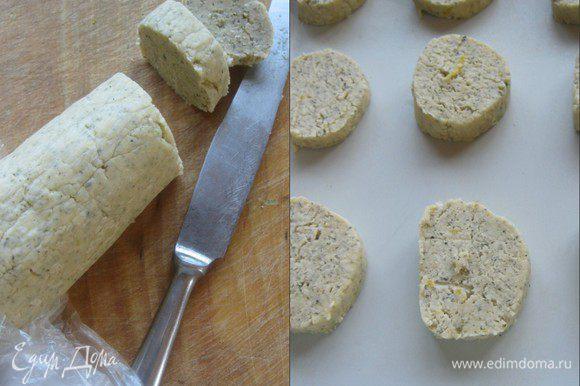 Разогреть духовку, до 180 С. Нарезать колбаску на шайбы, толщиной 6-7 мм. Выложить на противень. выстеленный п.бумагой или в формы. Выпекать 15-20 минут.