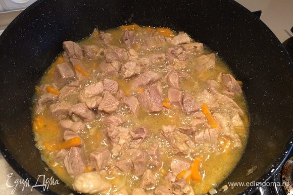 К мясу и овощам добавить специи для плова, посолить по вкусу. Влить в казан воду так, чтобы она покрыла мясо. Тушить на среднем огне 25-30 мин.