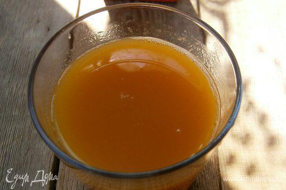 Персиковый сок подогреть до тёплого состояния ( у меня был детский, яблочно - персиковый сок с мякотью).