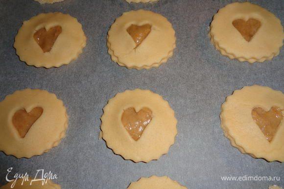 Накрываем кружочек с курдом кружочком с сердечком. И выкладываем наше печенье на противень, застеленный пекарской бумагой. Края печенья смазываем оставшимся от приготовления курда белком, чтобы наши половинки склеились и стали единым целым.
